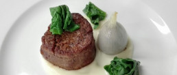 Filetto di manzo con crema di sedanorapa e cipolla farcita / La Vecchia Posta - ristorante - Bagno Vignoni / interno