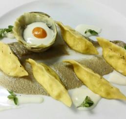Ravioli di ricotta di Pienza e maggiorana con crema di carciofi e uovo di quaglia - La vecchia posta - ristorante - Bagno Vignoni